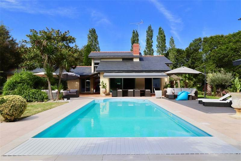 Architect's villa with garden and swimming pool, $1,630,435 USD / 1.470.000 € EUR