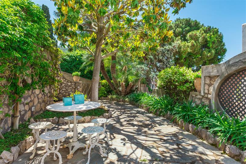 Beautiful apartamanent with garden in the centre of Capri, $1,889,729 USD 1.700.000 € EUR