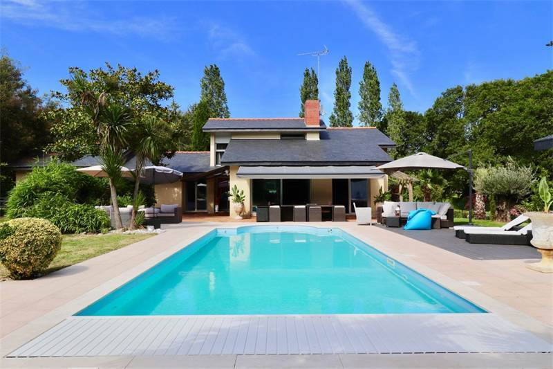 Architect's villa with garden and swimming pool, $1,602,354 USD 1.470.000 € EUR